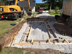 Påbörjad grund för tillbyggnad av hus.