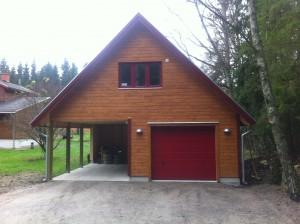 Garage och carport med inredd övervåning.